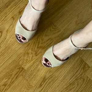 Sandaletter från river island helt oanvända i färg nude.