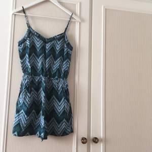 Mönstrad jumpsuit/pmaysuit, använd men i gott skick, säljer pga för liten. Reglerbara axelband, resår i midjan och fickor (: