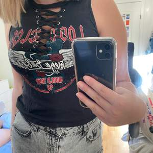 Cool tröja med knytning från h&m i storlek S. Knappt använd, bra skick⛵️