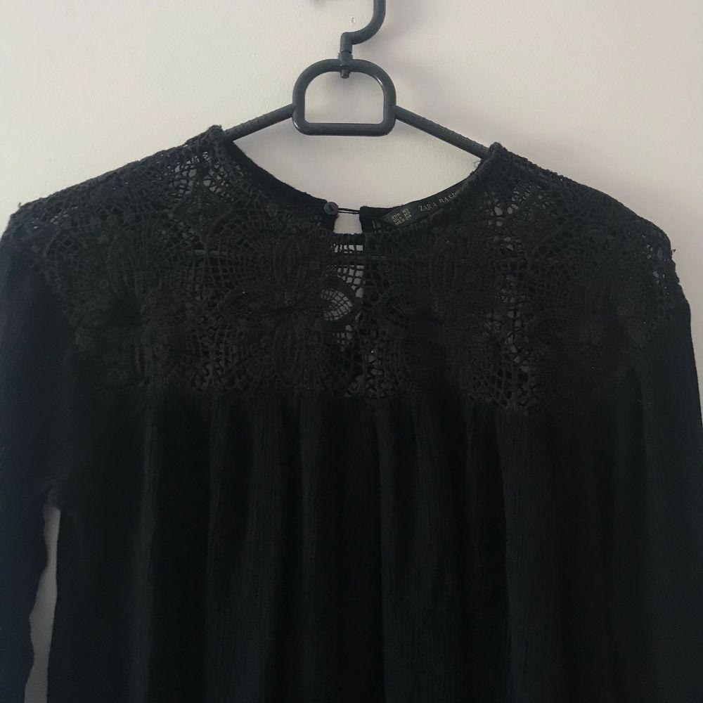Supersöt svart blus från Zara. Priset är inkl. frakt. Sparsamt använd. Storlek XS men passar även S. Blusar.