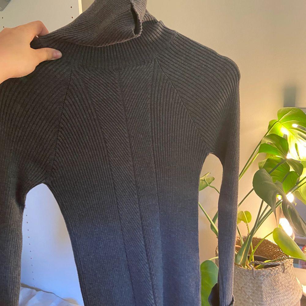 super söt polo tröja köp på top shop i london! jätte bra basic plagg som går att styla med en söt kjol i sommar! Jätte fint skick och endast använd 1 gång! . Huvtröjor & Träningströjor.