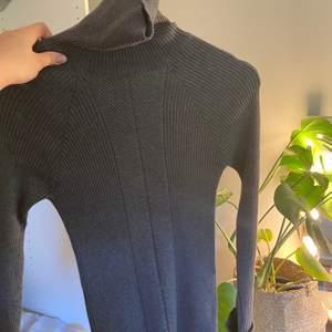 super söt polo tröja köp på top shop i london! jätte bra basic plagg som går att styla med en söt kjol i sommar! Jätte fint skick och endast använd 1 gång!