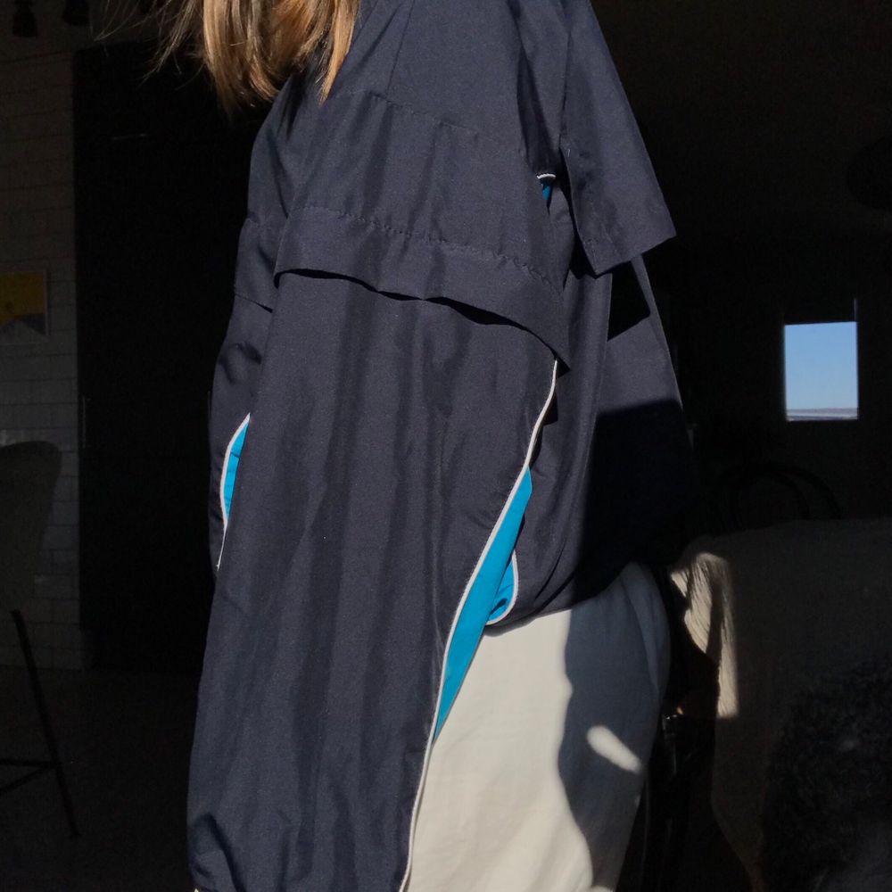 Säljer denna supersnygga vintage anorak då jag tycker den är för stor på mig! ☺️❣️ stor ficka fram på magen!! 😚💙💙💙💙🥰. Jackor.