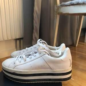 Säjer dessa vita skor från pull&bear!
