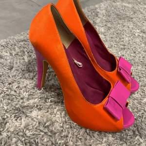 Häftiga häcklade skor i oranget och rosa! Väldigt snygga o sköna skor. Med en stor rosa rosett på framsidan. 🎀
