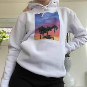 Helt ny hoodie från The cool elephant. Aldrig använd, lapp kvar. Fraktkostnad tillkommer. Lägg gärna ett bud 💕💕