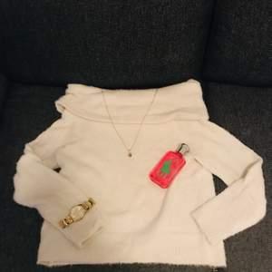 Denna nästintill oanvända stickade tröjan säljes pågrund av fel storlek.