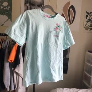 Megagullig t-shirt från kokopie, Turkos/pastellblå med en liten ficka med gulligt tryck. Bra skick, storlek s. köparen betalar fraktkostnad🌸💗💘💘💞💕