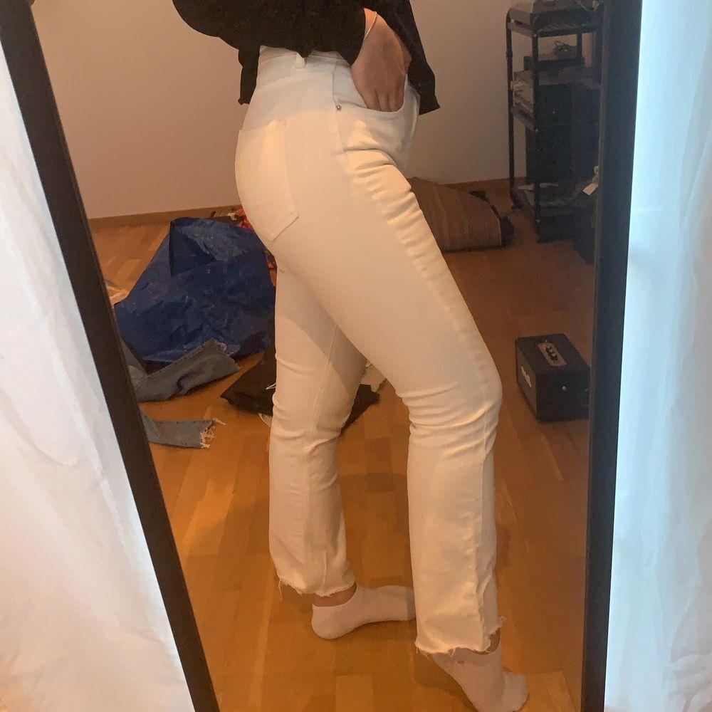 Jeans från Gina Tricot i väldigt skönt material. Tror modellen heter Nicole, köpta i juni 2018 och sparsamt använda sen dess. Lite missfärgade vid ryggen, se bild 2. Köparen betalar frakt 59 kr.. Jeans & Byxor.