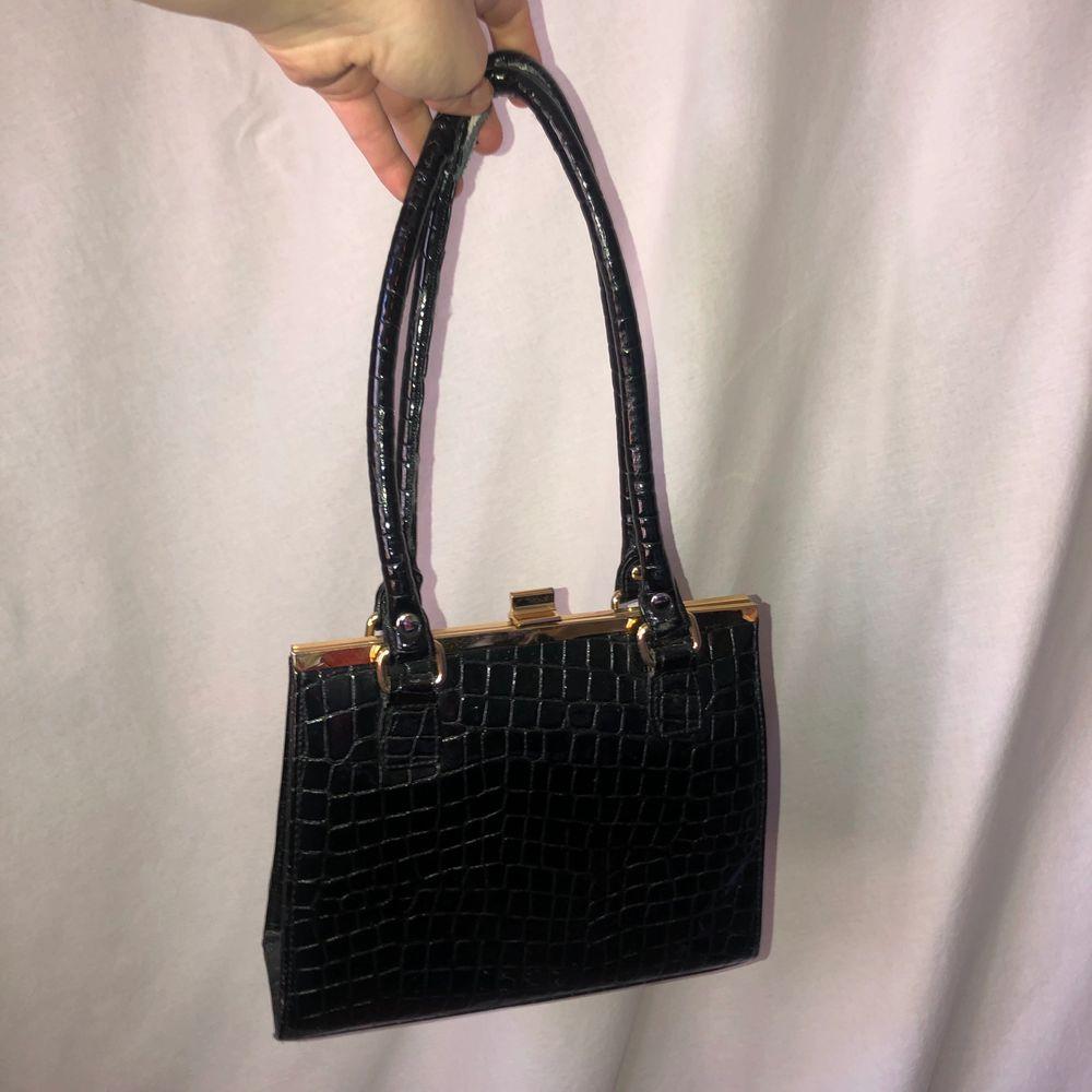 Otroligt härlig handväska köpt secondhand. Den har tyvärr börjat gå sönder i handtagen, men det går att fixa med lite svart tejp, det var det den hade när jag köpte den men jag tog bort det och hade tänkt sätta ny tejp, men inte blivit av🖤✨. Väskor.