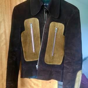 Riktigt vintage brun mockajacka från 70-talet. Tung och i gott skick. Strl M dam och S herr. Alla kedjor fungerar och har inte hittat några större skavanker! Svårt att skiljas från denna... 500 + spårbar frakt 63 kr