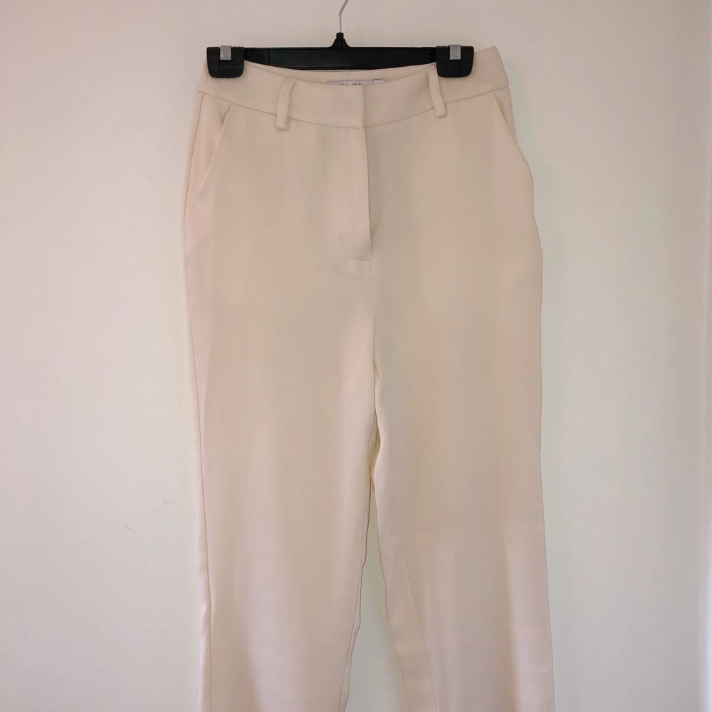 Härliga sommarbyxor från NaKd perfekt till både fest och vardag! De är oanvända och säljes pga för långa för mig. Jätteskönt material! Köpt för 200 kr, jag säljer för 85kr. Köparen står för frakt🥰. Jeans & Byxor.
