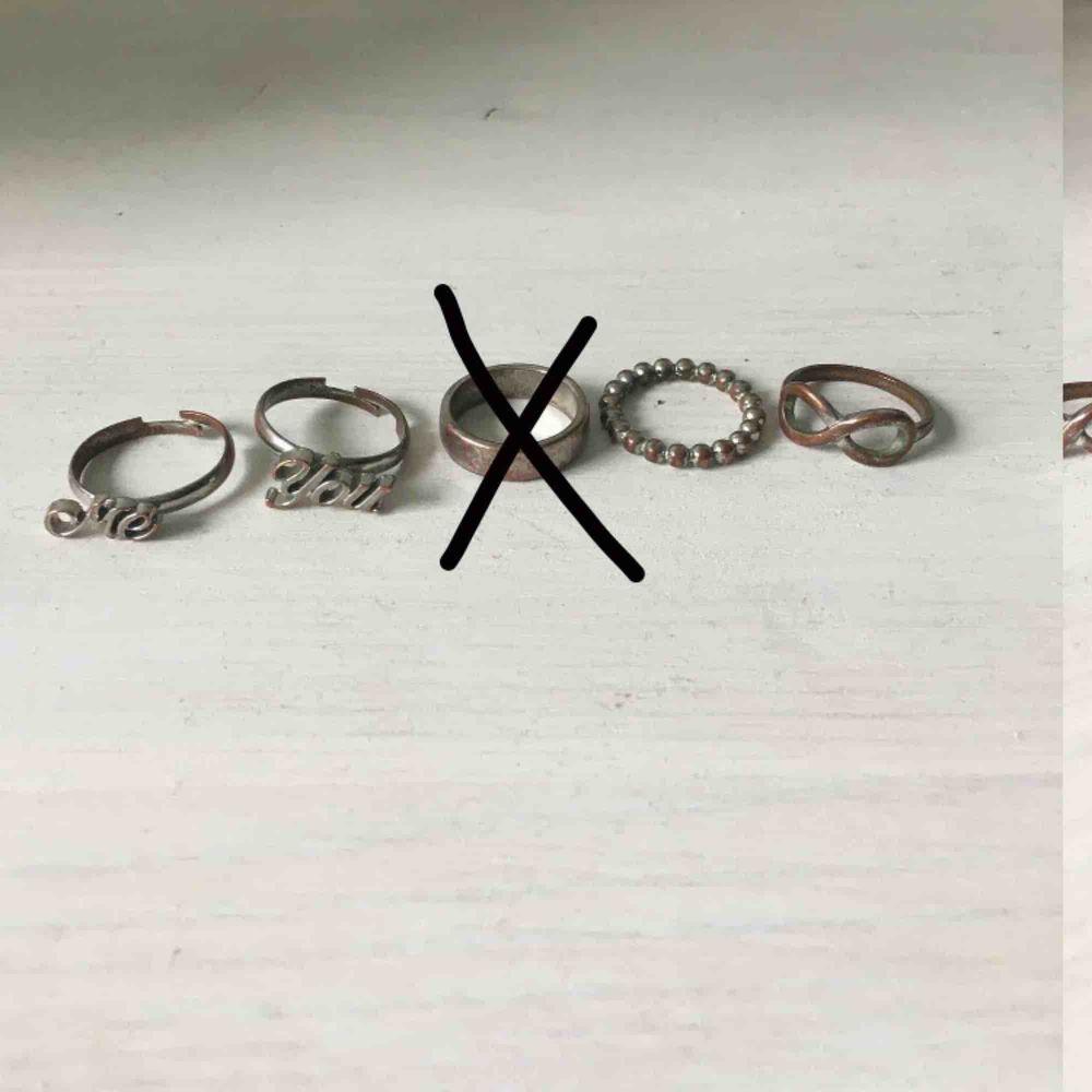 Ringar bild 1: 15kr, ringar bild 2: 10kr, ringar bild 3: 10kr. Alla ringar för 30kr. Frakt tillkommer eller mötas upp i Lund🎀 Ringarna är i olika storlekar då de är köpta vid olika tillfällen :). Accessoarer.