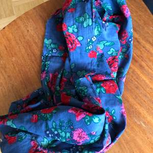 Blå sjal med blommor. Kan hämtas i Malmö, osäker på exakt fraktkostnad.