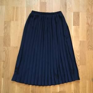 Jättefin svart kjol som jag gissar är hemsydd! Uppskattar till storlek 34/36. Midjemått: 32-37cm tvärs över, då det är resår. Kan mötas upp i Stockholm eller posta. Frakt inkl i priset 🌸