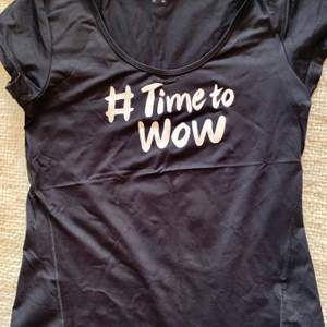 Tränings T-shirt från Casall. Knappt använd. Text på framsidan. Figursydd. Liten i storleken