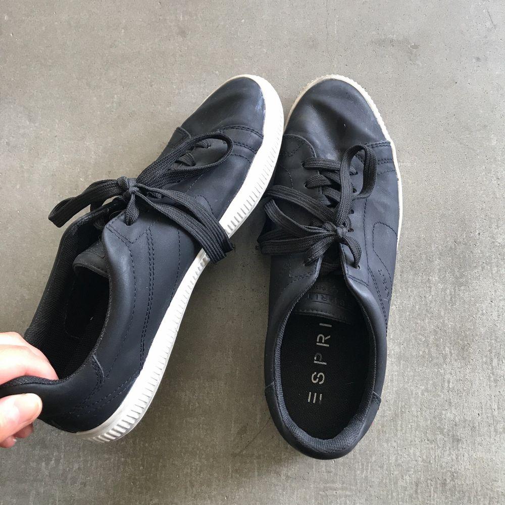 Säljer ett par snygga sneakers från esprit som är använd ett fåtal gånger. Säljer skorna pga att jag har ett par liknande i garderoben, köpare står för frakt!🥰. Skor.