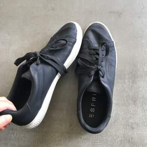 Säljer ett par snygga sneakers från esprit som är använd ett fåtal gånger. Säljer skorna pga att jag har ett par liknande i garderoben, köpare står för frakt!🥰