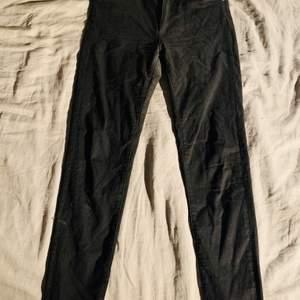 Svarta jeans från Bik bok storlek L. Använda ett antal gånger så slitning emellan benen. Inga hål men absolut tunnare tyg. Inga andra skavanker och håller nog ett bra tag till!