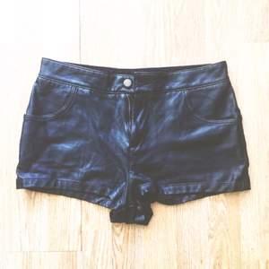 Riktigt snygga shorts i läderimitation från topshop ☘️ Väldigt sköna och stretchiga. Något korta, passar nog bäst 36-38. Möts upp i centrala Sthlm eller skickar mot fraktkostnad. Pris är diskuterbart ✨