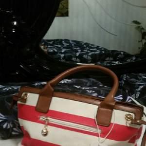 Jag säljer jättesnyg ny väska med dubbel axel och liten silk scarf.