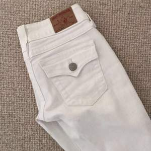 Vita äkta True Religion jeans i strl. 24. Mycket fint skick och använda endast 1 gång pga. fel strl.  Lågmidjade