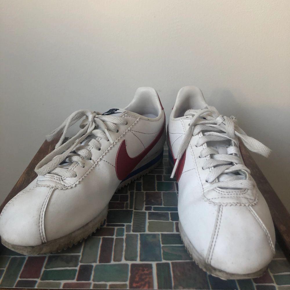Relativt använda Nike cortez i deras klassiska colorway.. Skor.