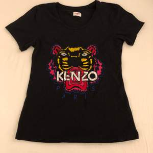 Säljer fake Kenzo tröja. Använd 1-2 gånger. Står att det är strl L men liten i storlek så passar M, kanske tillomed S (S som inte sitter så tight).