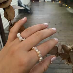 Ring med äkta Sötvattenspärlor: 45kr🤍                         Ring med vita stenar och silverblommor: 30kr🤍           Tråden är elastisk och passar därför flera storlekar🤍