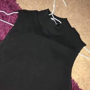 Ett svart polo linne i strl S. Köpt för 150kr säljer för 80kr. Helt oanvänd.