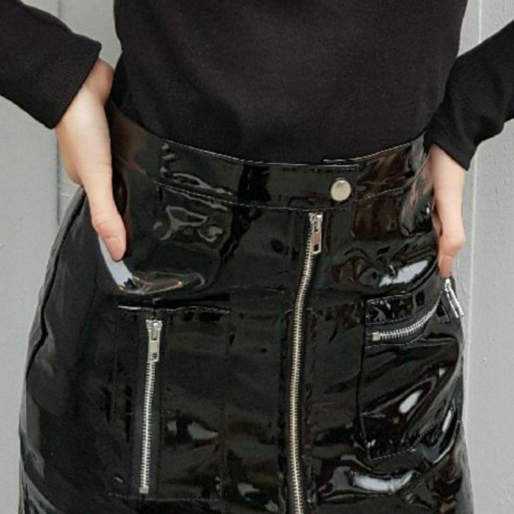 En läderkjol som ny! Ej stretch. Passar en normal XS 🥰 Mjukt innerfoder. Frakt: spårbart 63 kr. Vid snabb affär kan jag sänka priset. Kjolar.