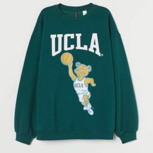 Säljer denna jättefina Ucla sweatshirten från HM, storlek S. Knappt använd alltså i nyskick. Kom med bud från 150kr 💗 frakt tillkommer, hör av dig vid frågor eller för bilder