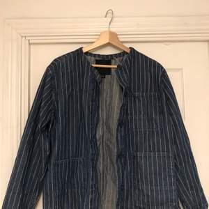 Workwear i randigt jeanstyg från monki typ 2013. Den är i fint skick men omsydd i halsen då jag tog bort kragen. Storlek small men är over sized. Hör av dig om du har frågor 💫