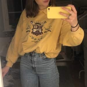 Skit cool college tröja. Köpt secondhand men jag har aldrig andvänt den. Storleken är S men den är ganska oversized. Buda! (frakt tillkommer) ❣️