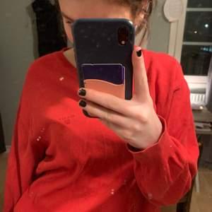 Säljer den här tröjan i storlek XL. Sitter fint ovetsized på mig. Väldigt sparsamt använt.