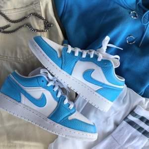 (Första bilden är lånad av tjejen som målade skorna) Jordan Low 1 i blå färg. Storlek 36,5. Super bra skick! Endast testade, försmå och av detta själ säljes. Vid fler intresserade blir det budgivning!! 🦋🦋 pris kan diskuteras