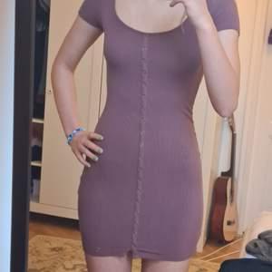 Jätte söt lila klänning, väldigt stretchig och bekväm💞🌸 (Knapparna går inte att knäppa upp)
