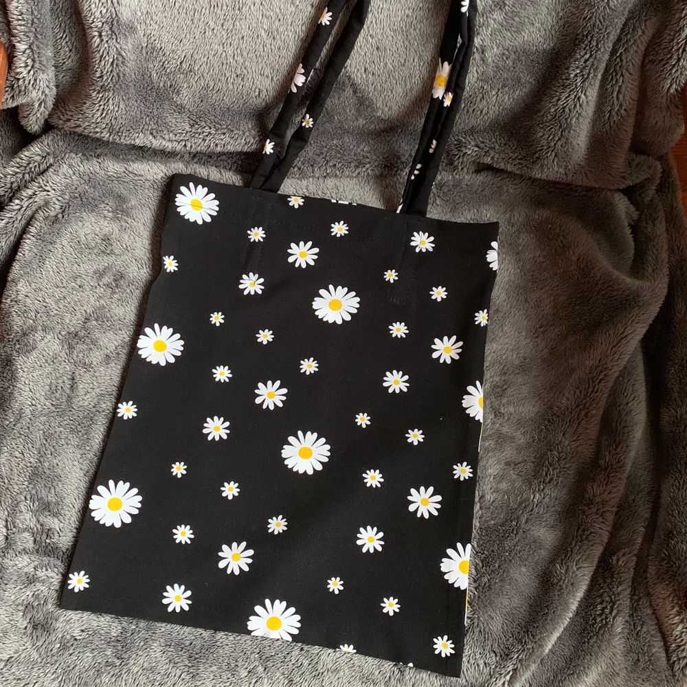 en daisy blommor totebag som jag syr själv, bomull, väldigt mjuk, 95kr inklusive frakt, en perfekt julklapp 🎄. Väskor.