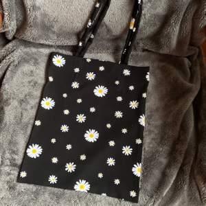 en daisy blommor totebag som jag syr själv, bomull, väldigt mjuk, 95kr inklusive frakt, en perfekt julklapp 🎄
