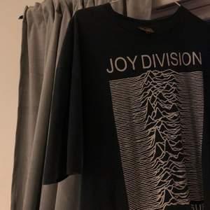 T shirt är använd 1 gång och drf i otroligt bra skick. Köpt i london för ca ett år sedan nypris låg på ca 400kr svenska kronor. Strl s men lite oversize