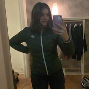 En grön adidas jacka i storlek 38, bra skick