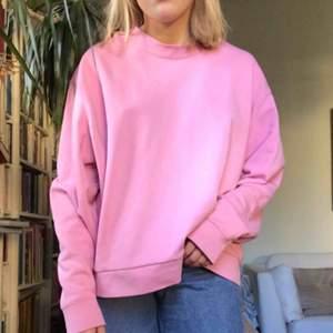 Rosa sweatshirt från weekday originalpris 250kr, knappt använd 💖 Tröjan sitter lite oversized på mig som brukar ha storlek S så bör passa S-L beroende på önskad passform💞💗💖 frakt tillkommer + skriv om du har några frågor :):)