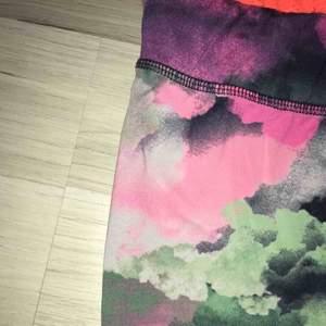 Säljer dessa såå coola träningstights med tiedye-liknande mönster. Begagnat men fint skick, förutom ett litet hål på insidan av slutet av benet - men som var där när jag köpte dem. Strl XS. Möts i slussen eller så tillkommer frakt :)