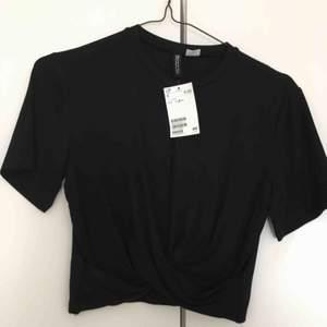 """T-shirt från hm divided oanvänd, """"drapering/knyt"""" på framsida, kort modell"""