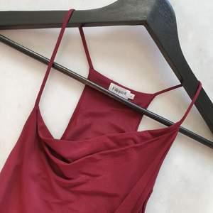 Vinröd klänning från Filippa K  Klänningen är oanvänd  Smala band upptill, sne ned till.  Perfekt för en 36a-38a   Kan mötas upp i Huddinge, Älvsjö, Årsta, Globen & Västberga