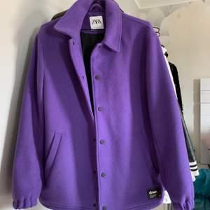 Snygg oversized jacka från zara i en cool lila färg, aldrig använd, storlek M