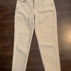 Helt nya mom jeans i modellen Dagny från Gina tricot, stl S