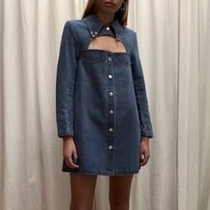 Asball jeans-klänning från House of Sunny! Endast provad, tyvärr ej rätt storlek för mig. Ord. Pris £80 ~ 930kr. Frakt 60kr.