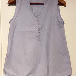 Baby blå linne i fina detaljer knappt använd. Tvättar och rengör innan jag postar iväg den. Köparen står för frakten 🌸