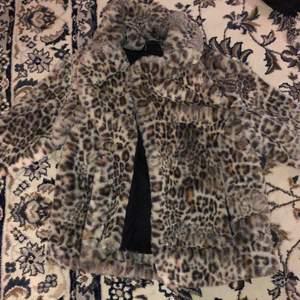 Kort jacka i Faux fur från Gina tricot. Använt den 1 gång så den är som ny. Normal i storleken